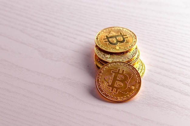 Биткойн золотая монета на столе. фон виртуальной валюты