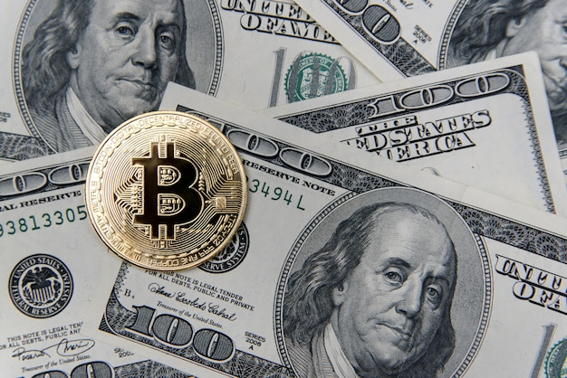 미국 달러 지폐에 bitcoin 금화입니다. 전자 화폐 투자. 암호 화폐 사업 개념입니다.