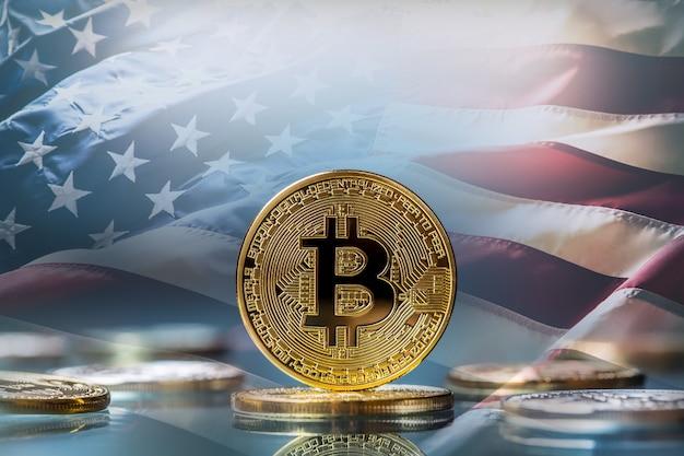 Биткойн. золотые и серебряные биткойны - виртуальная криптовалюта. американский флаг в фоновом режиме.