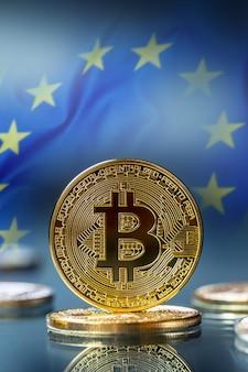 Биткойн. золотые и серебряные биткойны - виртуальная криптовалюта. флаг европейского союза на заднем плане