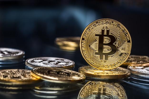 Биткойн. золотые и серебряные биткойны - виртуальная криптовалюта.