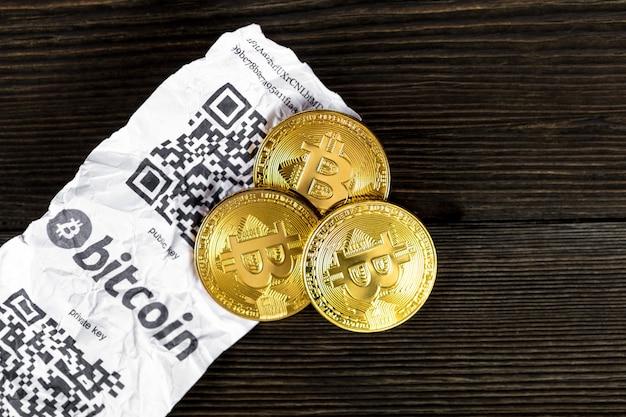 Bitcoin 황금 동전과 종이 영수증 절연