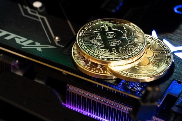 Золотые монеты bitcoin на графическом процессоре. будущее денег.
