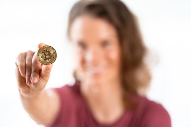 흰색 배경에 고립 된 젊은 여자의 손에 bitcoin