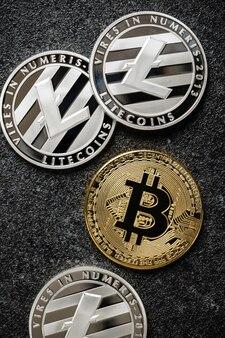 검은 배경에 bitcoin, litecoin 동전
