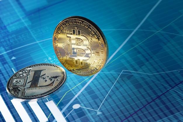 Bitcoin и litecoin на голубой абстрактной предпосылке финансов. биткойн криптовалюта