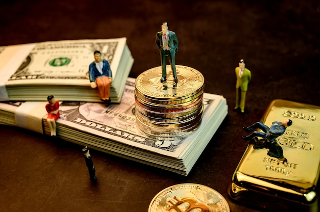金、お金、ミニチュアのおもちゃで暗号通貨のビットコイン。ブロックチェーンのためのテクノロジーとビジネスの新しい仮想