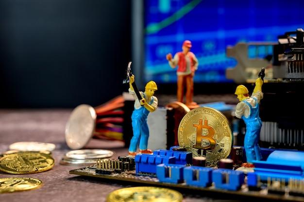 金、お金、ミニチュアのおもちゃで暗号通貨のビットコイン。ブロックチェーンのためのテクノロジーとビジネスの新しい仮想 Premium写真