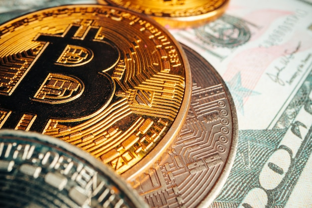 Биткойн на банкноте американского доллара крупным планом