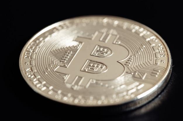 Биткойн на черном фоне. торговля криптовалютой. сокращение биткойнов вдвое.
