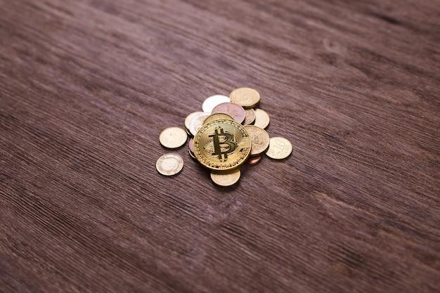 Биткойн на монетах разных стран. цифровая платежная система. цифровая монета крипто-деньги на биткойн-ферме в цифровом киберпространстве.