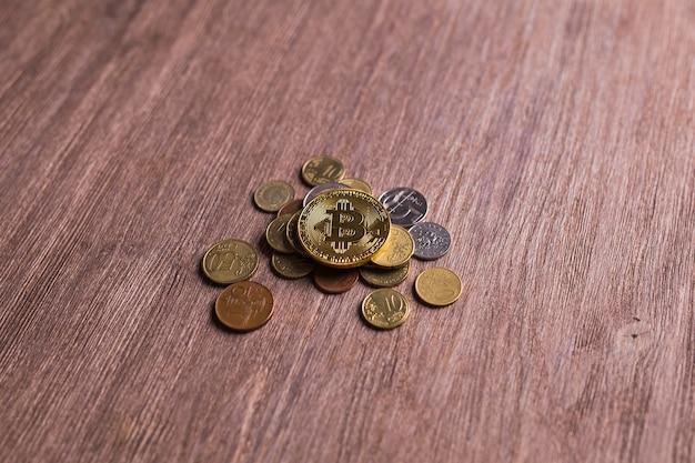 다른 나라의 동전에 비트 코인. 디지털 결제 시스템. 디지털 코인 암호 화폐