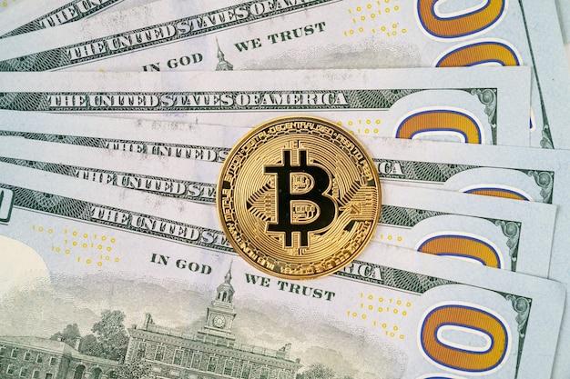 달러 지폐에 bitcoin. 암호 화폐에 투자. 증권 거래소에서 재생합니다.