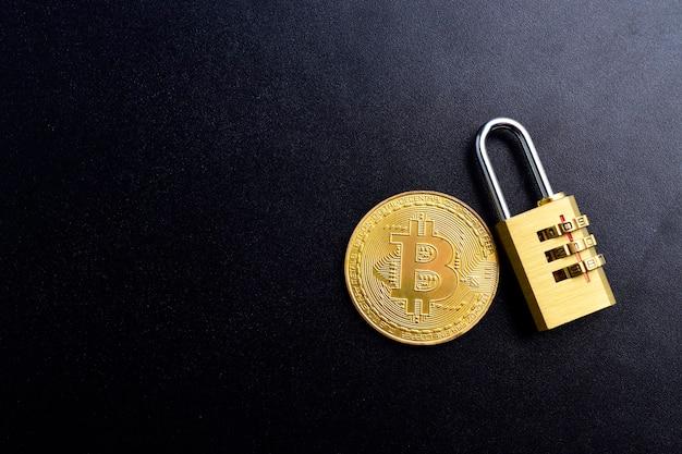 Биткойн концепция безопасности и страхования. криптовалюта биткойн с замком на черном текстурированном фоне