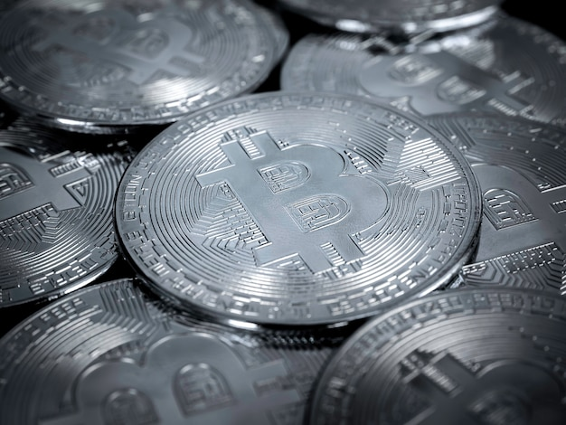 Фон технологии биткойнов. закройте вверх по серебряным биткойнам, концепции инвестиций в криптовалюту. цифровая будущая монета валюты финансовый фон.
