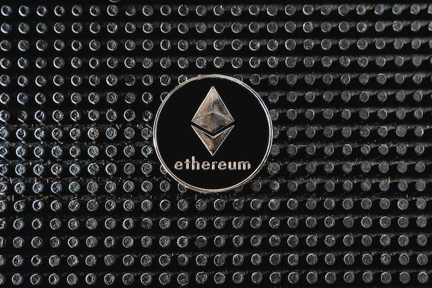 비트 코인 거래. 어두운 배경에 cryptocurrency 동전입니다. 암호 화폐 서비스에 대한 지불. 새로운 비트 코인 기회.