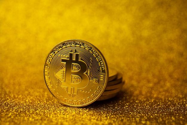 Куча золотых монет bitcoin. тип концепции финансов дела