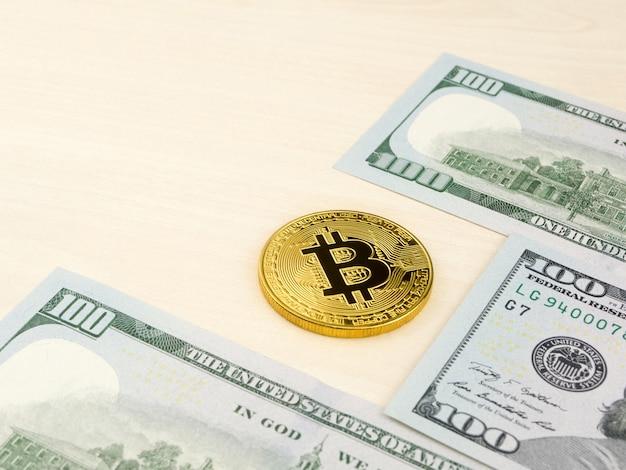 Золотая монетка bitcoin на долларах сша закрывает вверх.