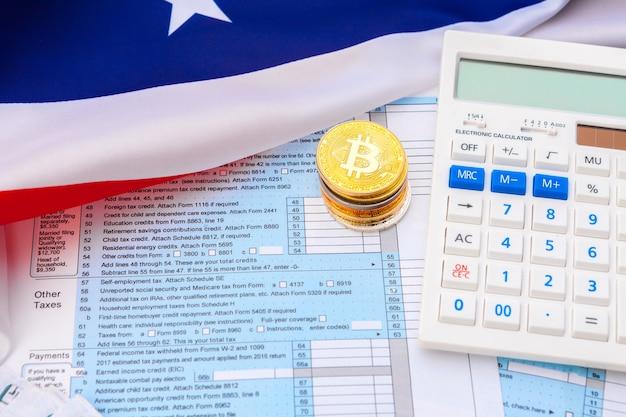Золотая монетка bitcoin на долларах сша закрывает вверх. электронная криптовалюта