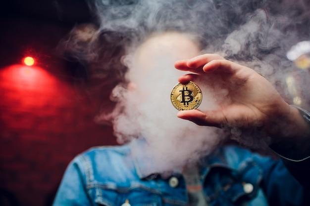 Золотая монета bitcoin изолированная на белой предпосылке. криптовалюта