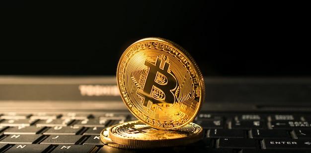 Закройте вверх по концепции предпосылки валюты крипто монетки золотого bitcoin.