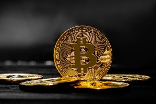 木製のテーブルの上の金bitcoinお金。電子暗号通貨