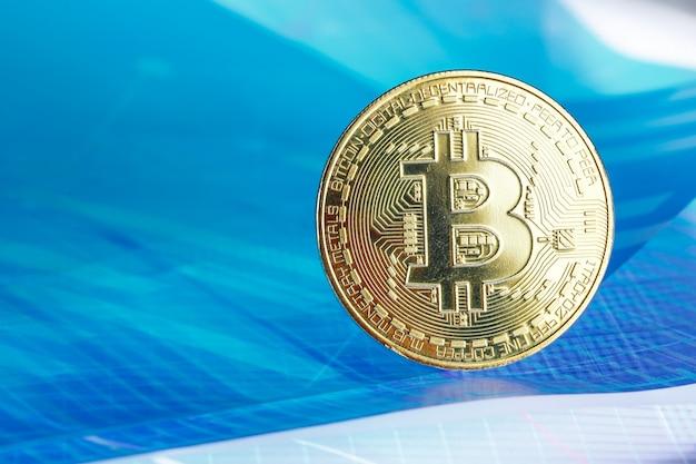 Bitcoin на голубой абстрактной предпосылке финансов. биткойн криптовалюта