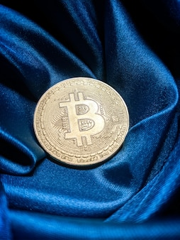 Монеты биткойнов, изолированные на фоне материнской платы. криптовалюта, биткойн.