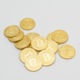 灰色の背景にビットコイン暗号通貨