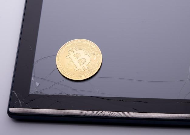 깨진 태블릿 화면의 비트코인
