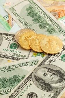 ユーロとドルのテクスチャ背景のビットコイン