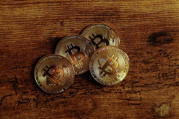 나무 배경에 bitcoins입니다.