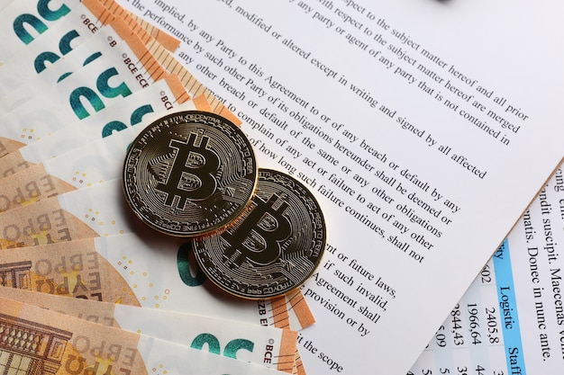 Биткойны на документах и банкнотах