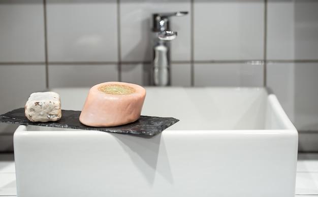 욕실 세면대에 비누 약간. 개인 위생 및 건강 개념.