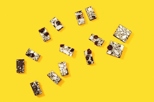 チョコレートのかまバーは、ナッツとドライフルーツのチョコレートのいくつかの部分に分割されます