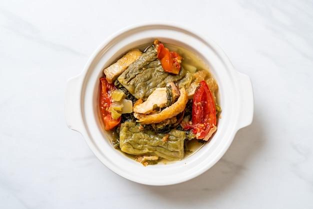 쓴 맛 조롱 박과 돼지 고기와 겨자 녹색 수프