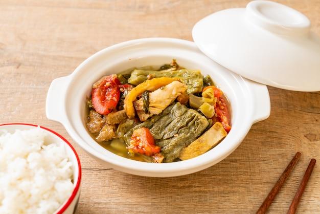 Горькая тыква и консервированный горчичный зеленый суп со свининой