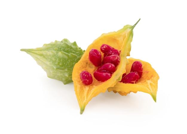 クリッピングパスで白に分離されたゴーヤの果実。