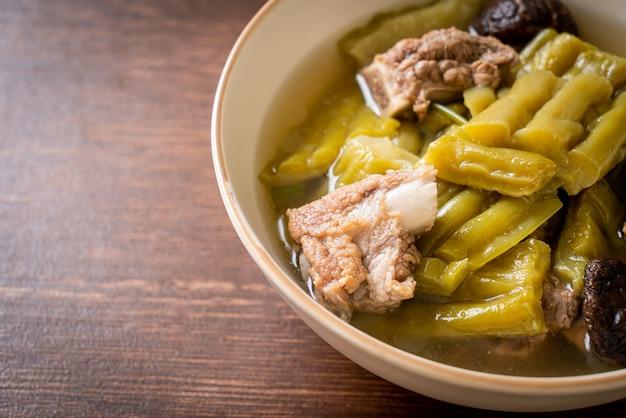 돼지 갈비 수프를 곁들인 여주-아시아 음식 스타일