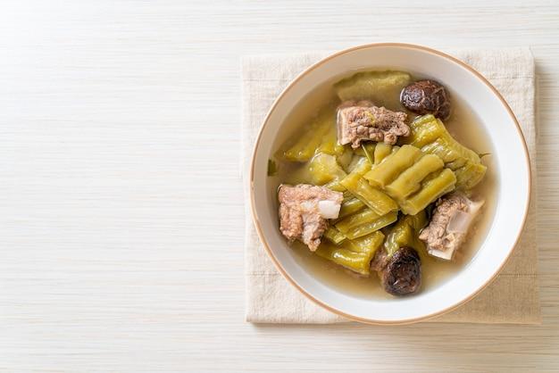 돼지 갈비 수프를 곁들인 여주 - 아시아 음식 스타일