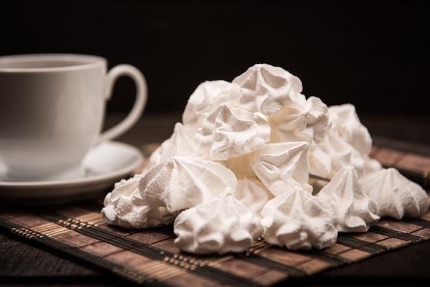 차, 설탕, 우유 한잔과 함께 갈색 나무 테이블에 비제