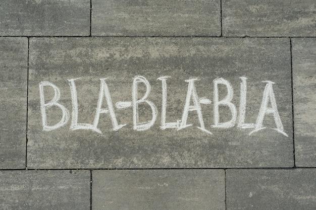 灰色の歩道に書かれたテキストbla bla bla