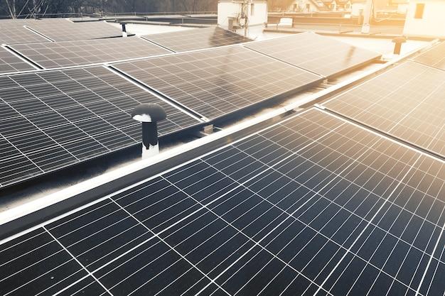 Черные абстрактные солнечные панели на крыше дома
