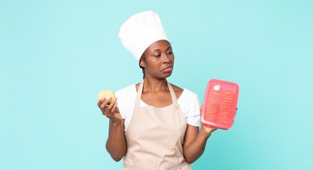 타파웨어와 함께 흑인 아프리카 계 미국인 성인 요리사 여자
