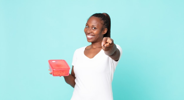 타파웨어를 들고 있는 흑인 아프리카계 미국인 성인 여성