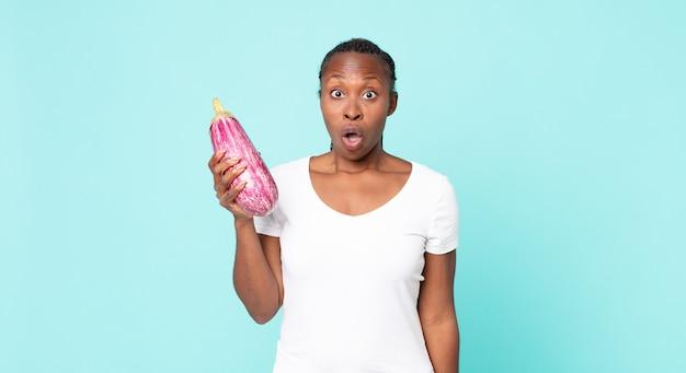 ナスを保持している黒人アフリカ系アメリカ人の大人の女性