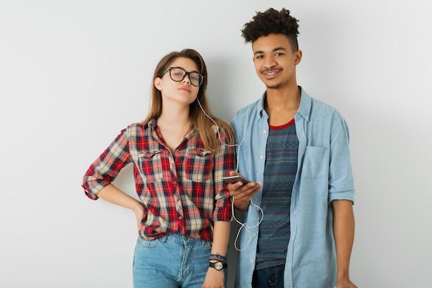 Uomo e donna afroamericani neri in camicia e occhiali, isolati su bianco