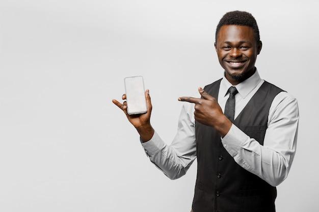 흑인 아프리카 사업가 그의 전화를 가리키는