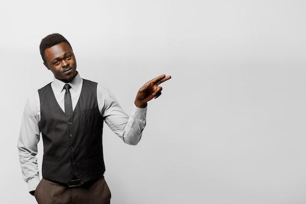 흑인 아프리카 사업가 adver 텍스트에 대 한 빈 오른쪽을 가리키는