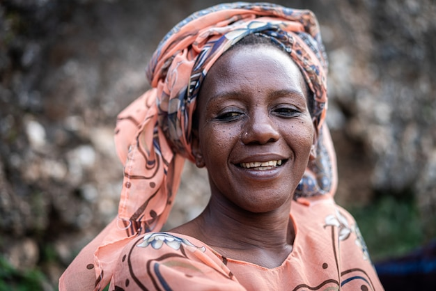 屋外でスカーフを持つ黒人アフリカのシニア美女